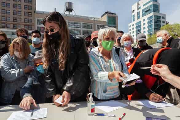 Mỹ tặng tiền, bia, mở xổ số 1 triệu USD cổ vũ dân tiêm vắc xin COVID-19